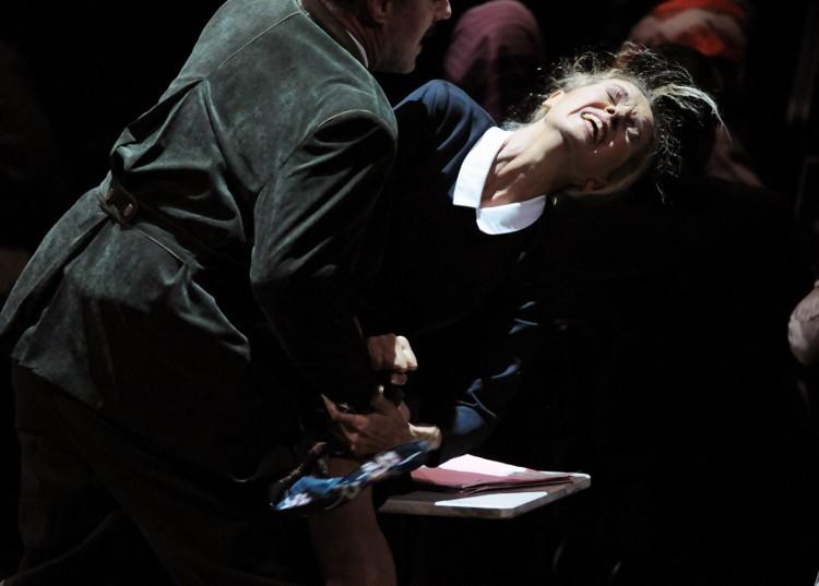Mise en scène: Mariame Clément Lumières: Marion Hewlett