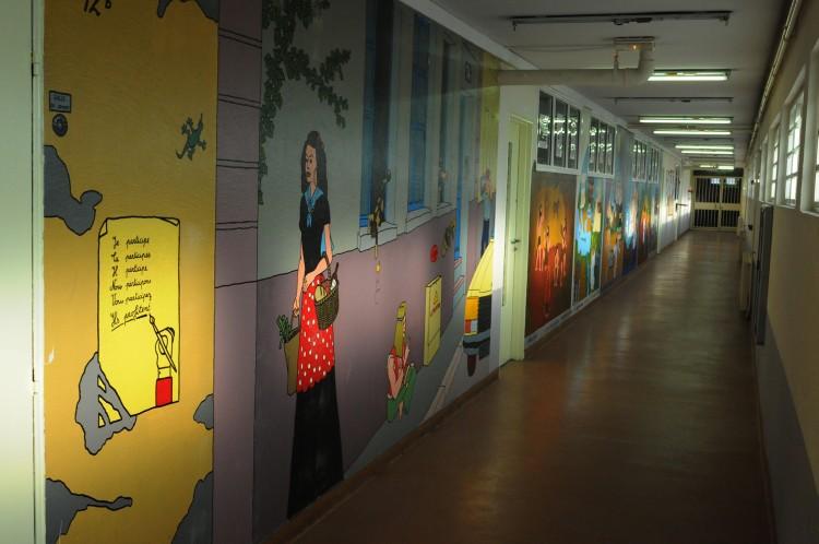 Le couloir  de la zone scolaire.